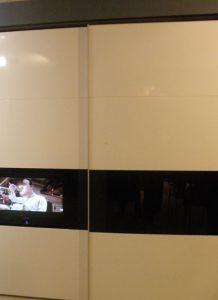 ארון טלוויזיה עם פס שחור